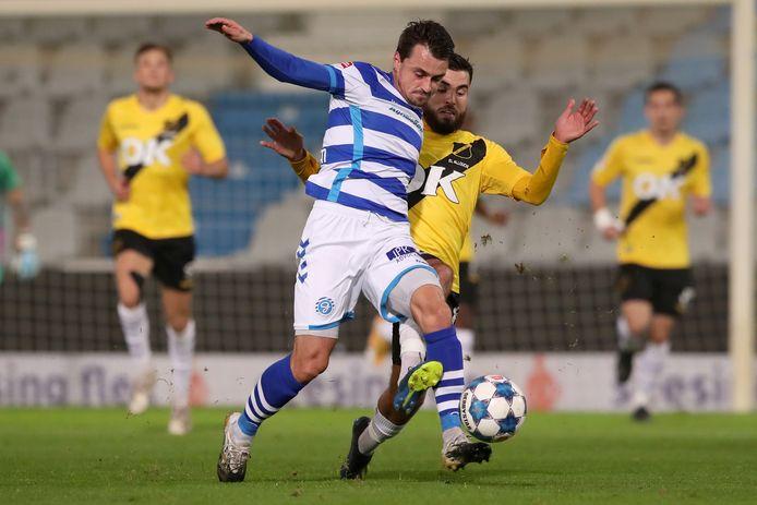 De Graafschap-aanvaller Daryl van Mieghem aan de bal tegen NAC Breda. De aanvaller kan ieder moment weer vader worden.