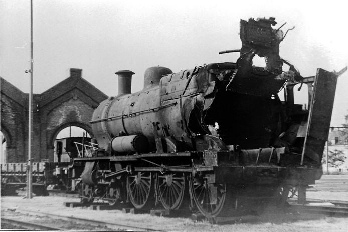 Een stoomlocomotief helemaal al flarden gereten door Duits geweld op het spoorwegemplacement in Boxtel.