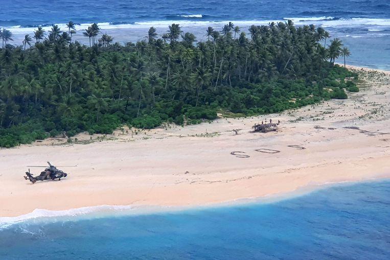 Een Australische legerhelikopter landde bij de letters 'SOS' op het eilandje Pikelot. Beeld AFP