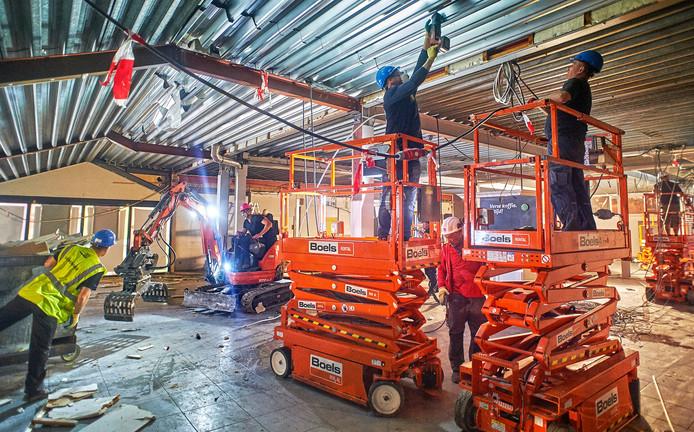 Zo'n 150 bouwvakkers hebben de supermarkt op Drossaard compleet gestript. Op 29 mei gaat de winkel weer open.