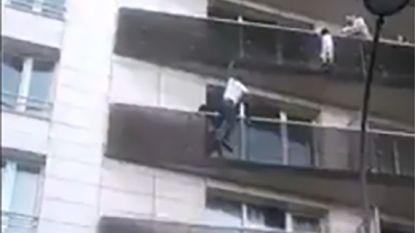 VIDEO: Kind bungelt aan balustrade vijf hoog, heldhaftige voorbijganger twijfelt geen seconde