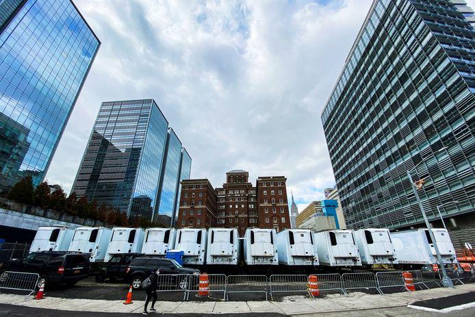 Een geïmproviseerd mortuarium voor corona-doden achter het Bellevue Hospital in New York, waar Jan Bakker werkt.