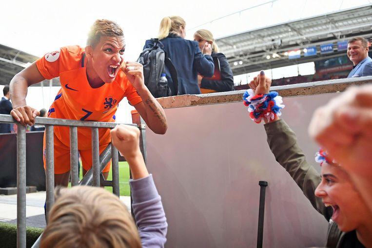Shanice van de Sanden viert de zege op Noorwegen met fans. Beeld Guus Dubbelman / de Volkskrant