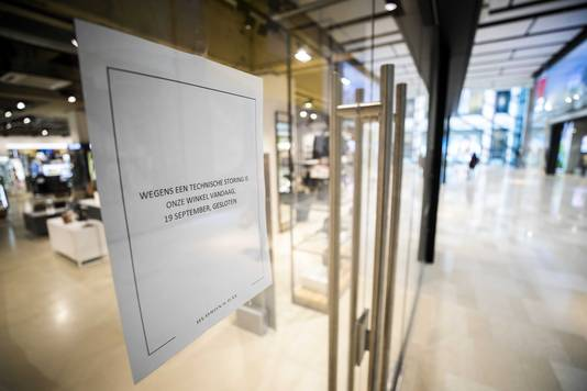 Op de deur van een aantal winkels hing gisteren een briefje met de tekst: 'wegens een technische storing is onze winkel vandaag, 19 september, gesloten'.