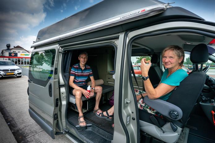 André en Hanneke uit Amersfoort eten een zelfgemaakte boterham in hun gehuurde camper op de parkeerplaats bij wegrestaurant De Lucht in Bruchem. Voor hem nostalgie want zijn ouders stopten hier altijd tijdens de zomervakantie.