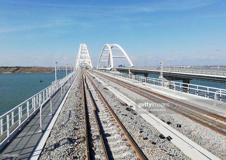 De nieuwe spoorbrug tussen de Krim en het Russische vasteland waar op 23 december de eerste trein overheen rijdt. Beeld Sergei Levanenkov/TASS