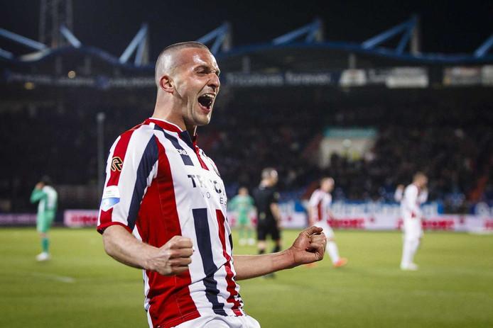 Ben Sahar viert een van zijn goals tegen FC Dordrecht.