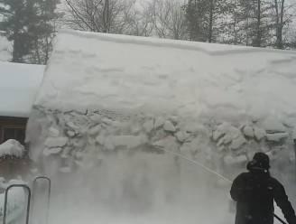 VIDEO. Heerlijk: Sneeuw valt in één ruk van dak