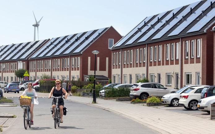 De energieneutrale nieuwbouwwijk 'Stad van de Zon' in Heerhugowaard. De windmolen achter de woningen levert groene stroom.
