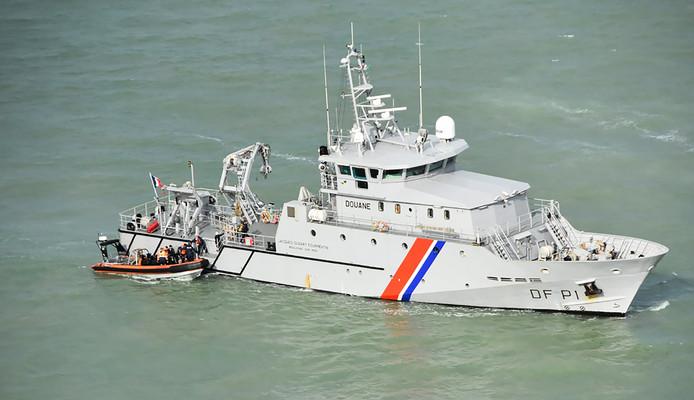 Archives: la marine nationale française intercepte une embarcation de migrants dans la Manche, le 5 août dernier