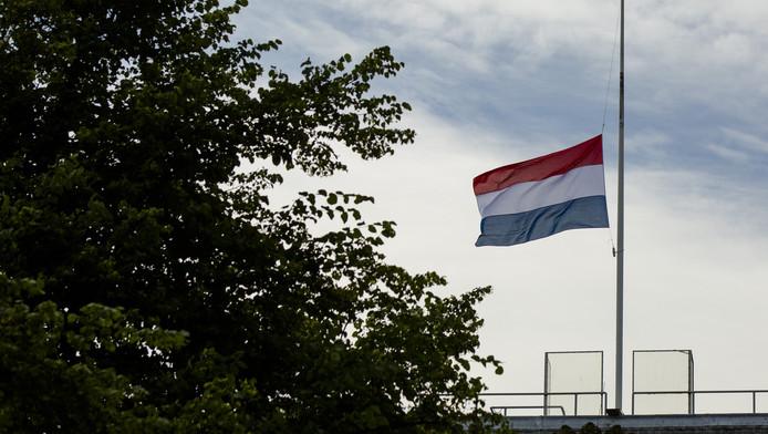 In verband met het ongeval met twee Nederlandse blauwhelmen in Mali hangt de vlag sowieso halfstok