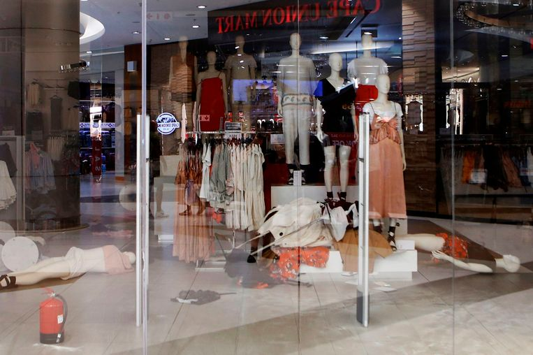 Enkele paspoppen liggen op de grond nadat activisten de H&M winkel in Johannesburg overhoop haalde.