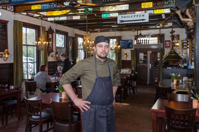 Bert de Vries, chef-kok van de Fanfare in Giethoorn, ziet dat er minder bezoekers zijn in het Grand Café.