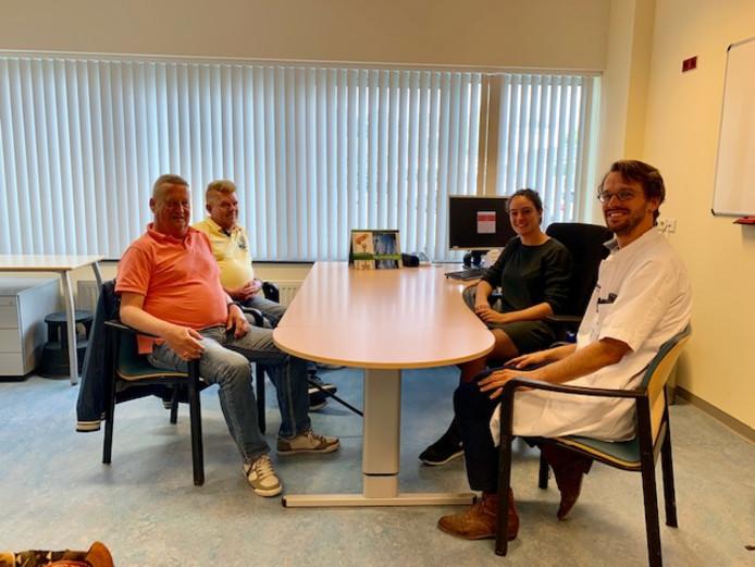 Van links naar rechts: patient Henny Nuyten en partner, MedGezel Astrid van Ovost en reumatoloog Jos Hoes.