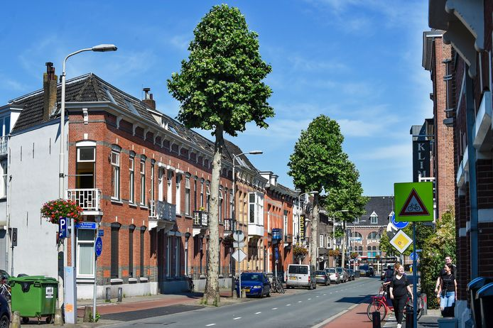 De Roosendaalse Brugstraat kent een hoge concentratie arbeidsmigranten. Dat zorgt voor verpaupering, zeggen omwonenden. Allure en verloedering gaan inmiddels hand in hand.