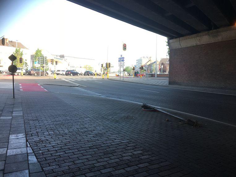 De plek waar de chauffeur achterwaarts tegen een verkeersbord botste in een poging om aan de alcoholcontrole te ontkomen.