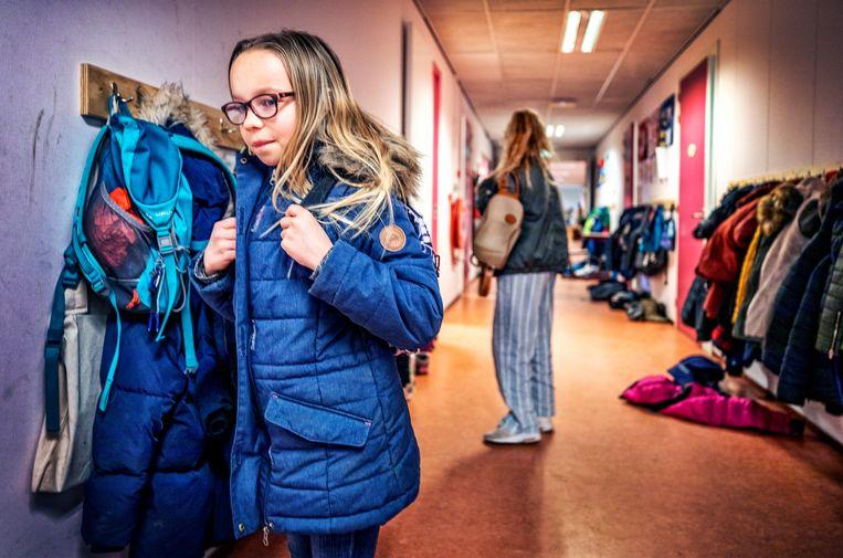 Kinderen uit groep 7 van de Rudolf Steinerschool in Haarlem in de gang van de school. Beeld Raymond Rutting