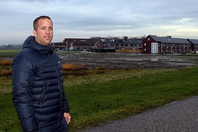 Mattie Voorbraak voor het terrein waar de woningen moeten komen.