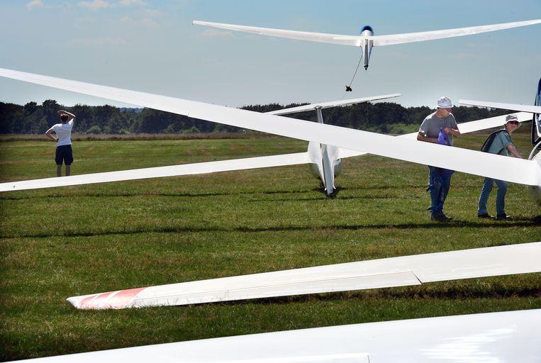 Een zweefvliegtuig stijgt op aan een lier. Anderen wachten op hun beurt. Beeld Marcel van den Bergh / De Volkskrant