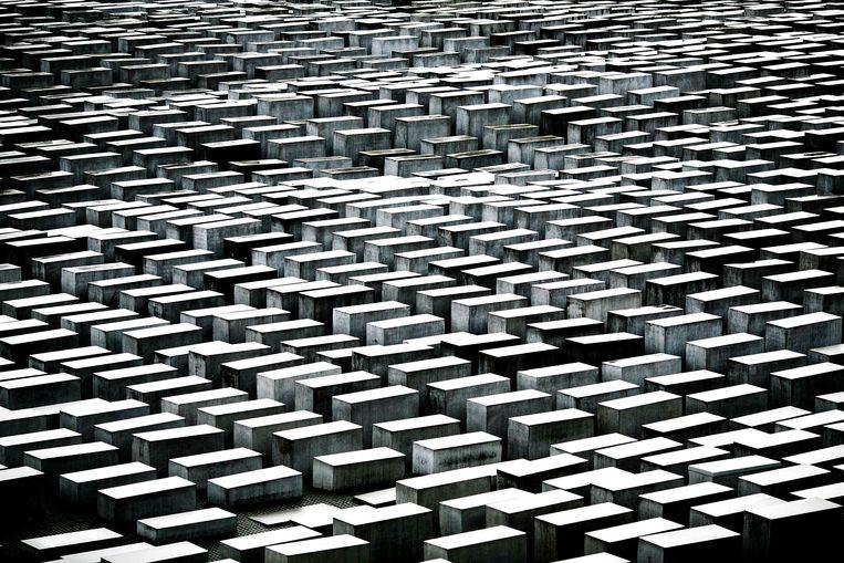 De ruim 2700 betonzuilen van het beroemde Holocaustmonument in Berlijn. Beeld Getty Images
