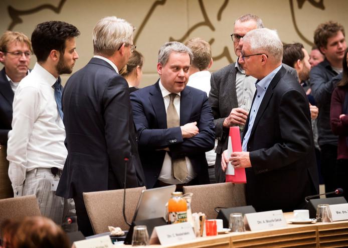 VVD-gedeputeerde Dennis Straat (m) in overleg tijdens een eerder debat over de Uithoflijn.