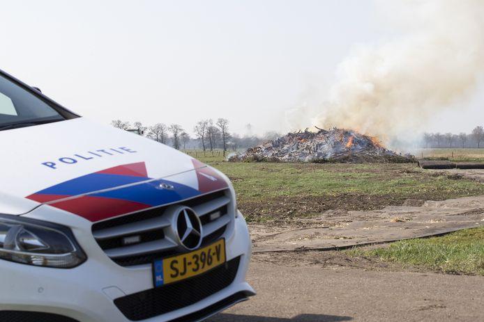 Agenten hielden in de gaten of ze bij het paasvuurterrein aan de Dorperdijk nieuwsgierigen huiswaarts moesten sturen.