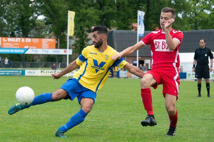 NSC Nijkerk-speler Eyup Terlemez (links) in actie vorig seizoen tegen Bennekom.
