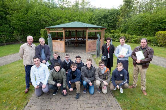 Leerlingen houtbewerking bouwen pergola voor bejaarden lier