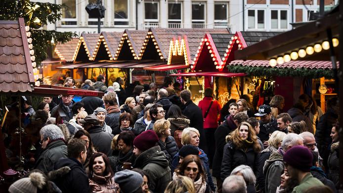 De kerstmarkten in Duitsland, zoals hier in Dusseldorf, zijn erg populair. Toch blijven veel Nederlanders dit jaar thuis.