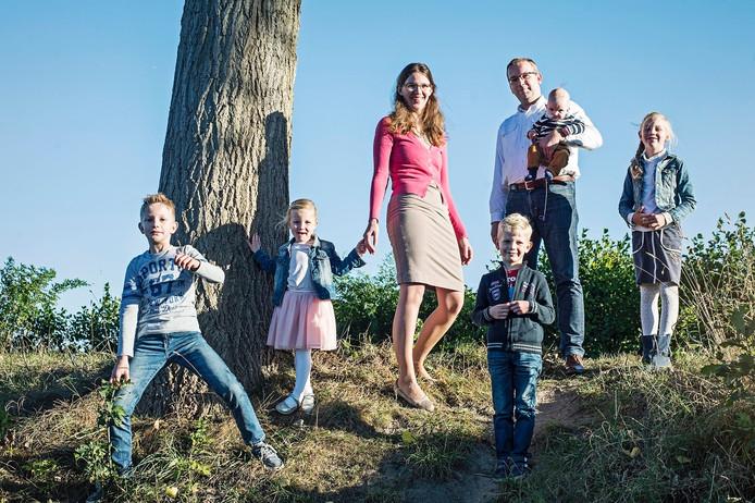 Vlnr: Arian, Naomi, Willemien, Henri, Ronald met Sander en Martine.
