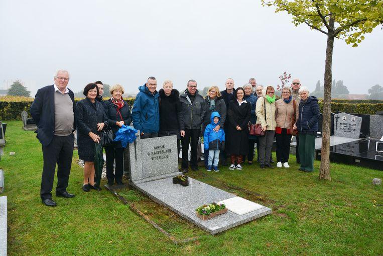 De nabestaanden van Odiel Haspeslagh verzamelden aan zijn graf.
