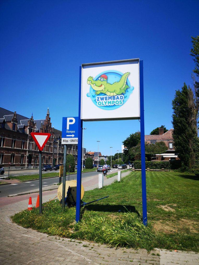 Een nieuw bord met logo aan de toegangsweg van zwembad Olympos is net op tijd klaar voor de heropening.