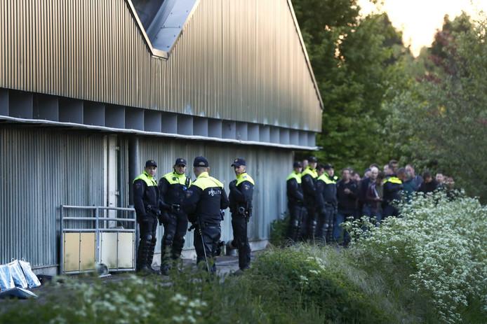 De politie bij de bezette varkensboerderij in Boxtel.