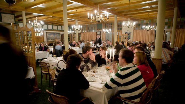 Gasten dineren in Hotel van der Werff, Schiermonnikoog. Beeld VKN Archive