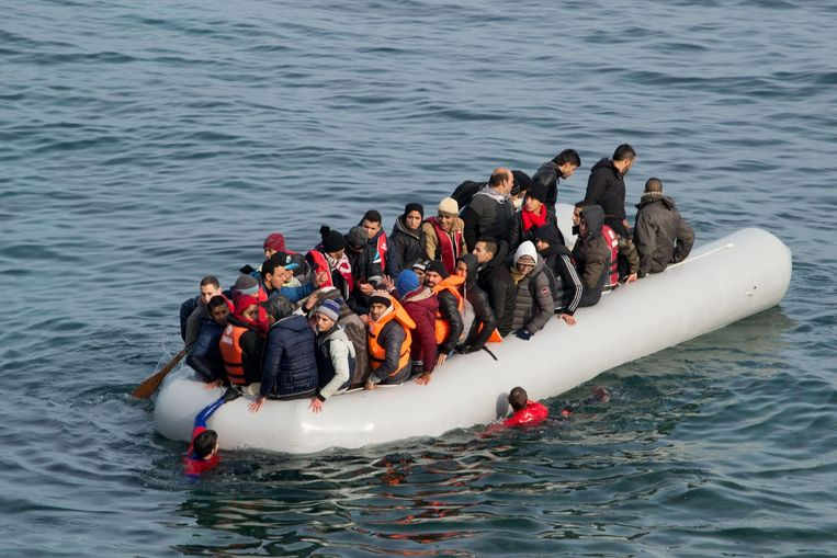 Een boot met vluchtelingen is op weg van Turkije naar Griekenland. Beeld epa