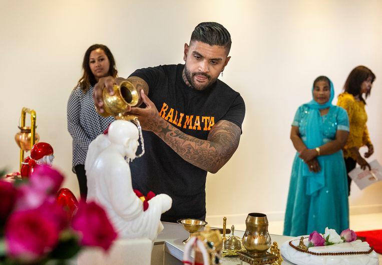 Bij het inwijdingsritueel wordt water over een beeld van leermeester Sai Baba gegoten.  Beeld Koen Verheijden