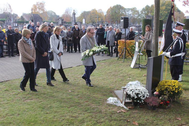 Het stadsbestuur legde vrijdagochtend bloemen neer tijdens de herdenkingsplechtigheid.