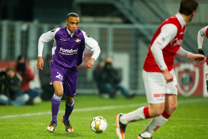 Jeroen Lumu (links), op zijn zestiende, bij zijn debuut voor Willem II in de uitwedstrijd tegen MVV (3-1-verlies) op 16 januari 2012.