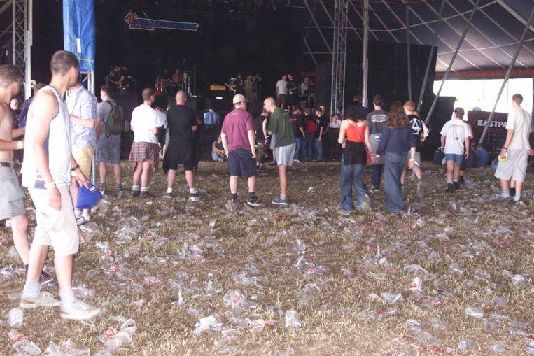Illustratiebeeld van plastic bekertjes op een festival.
