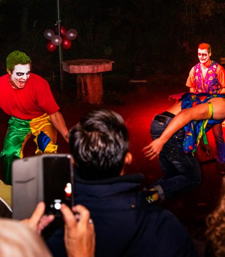 Enge clowns jagen passanten stuipen op het lijf in Hoessenbosch