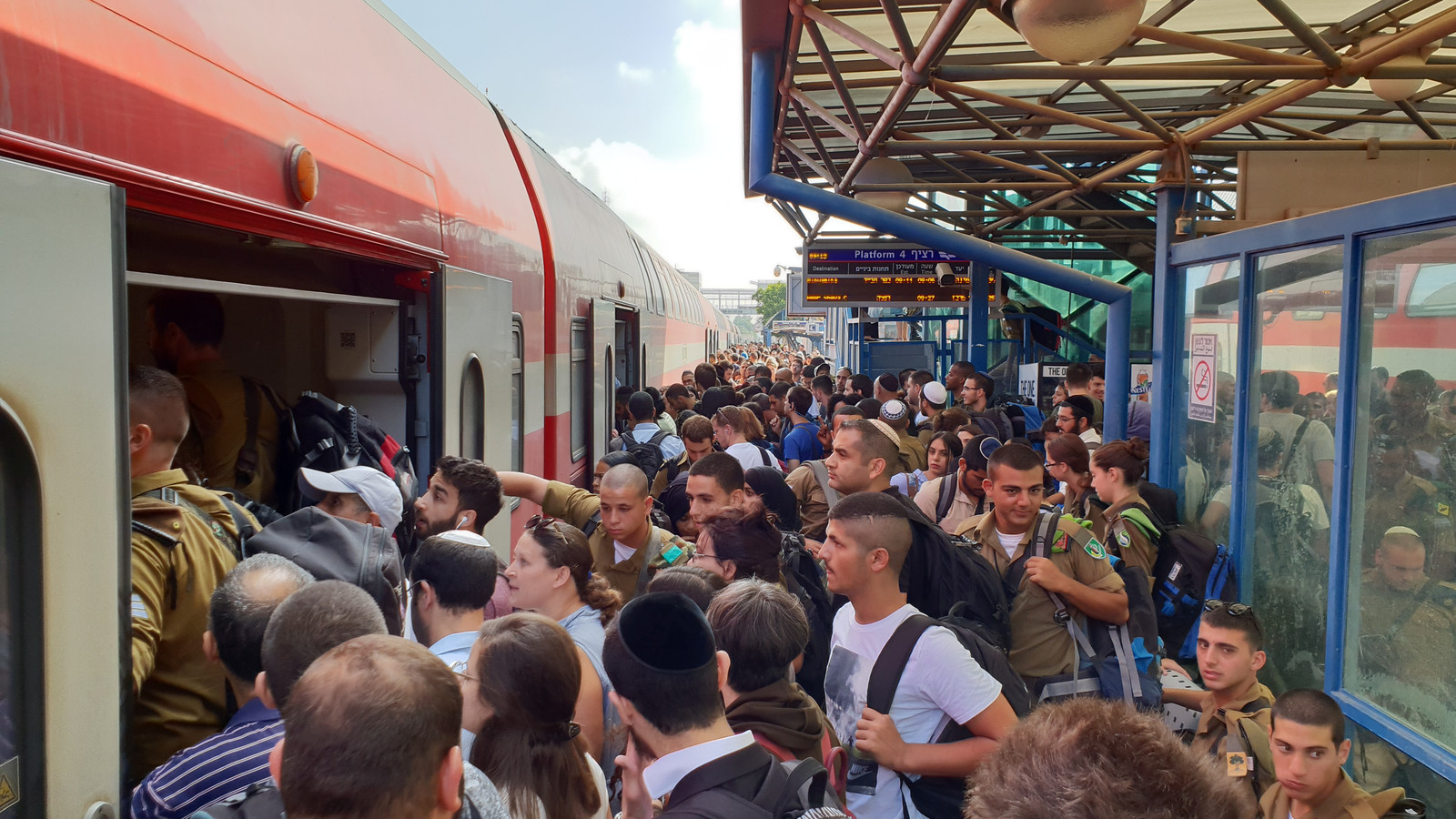 Staand blijken er meer passagiers in Israëlische treinstellen te passen.