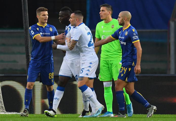 Mario Balotelli (m) is de racistische spreekkoren zat en wil het veld aflopen.
