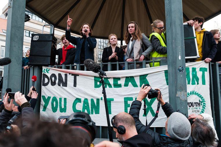 Drie- tot vierduizend spijbelende studenten zijn donderdagochtend door de Antwerpse straten getrokken om aandacht te vragen voor de klimaatzaak.