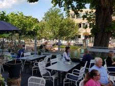 Genot van zon en schaduw op terras van De Lindenhof