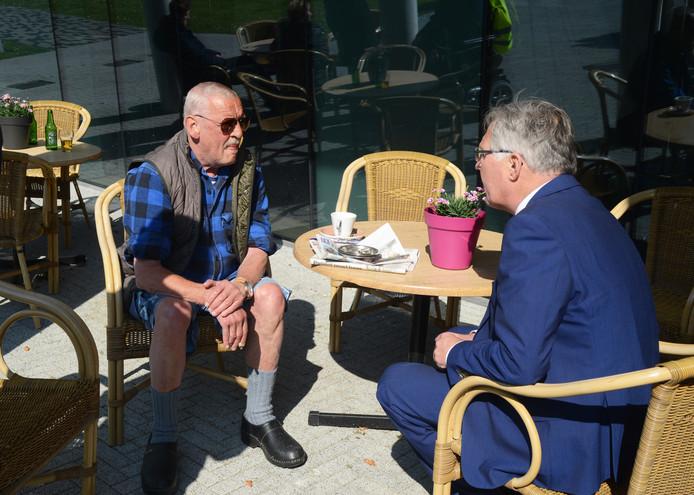 Willem van den Heetkamp (l) hoort van burgemeester Gerard Rabelink dat hij zich geen zorgen hoeft te maken over tijdelijke huisvesting.