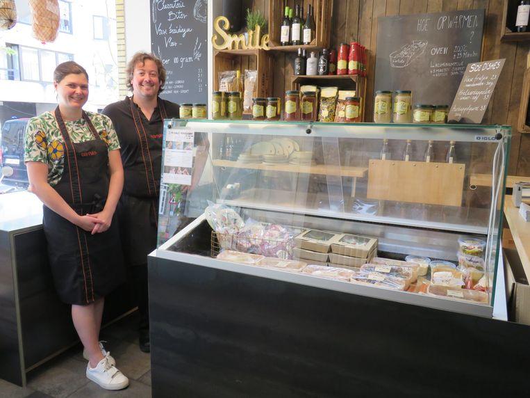 Fien Joye en Stijn Lanssens van B'artiste vormden een deel van hun restaurant om tot delicatessenwinkel.