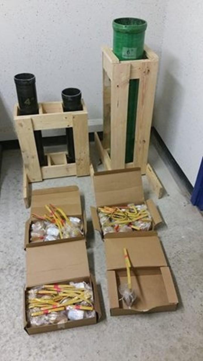 Het aangetroffen illegale vuurwerk, waaronder enkele mortierbuizen..