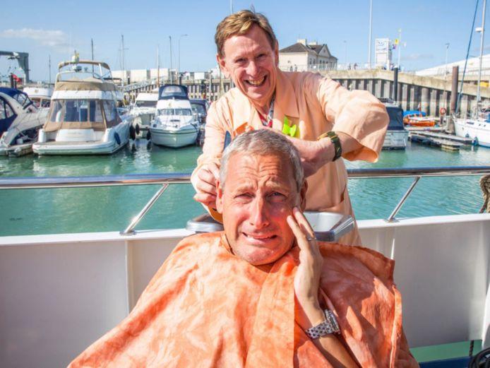 Koen 'Alberto' Crucke knipt de haren van Gert.