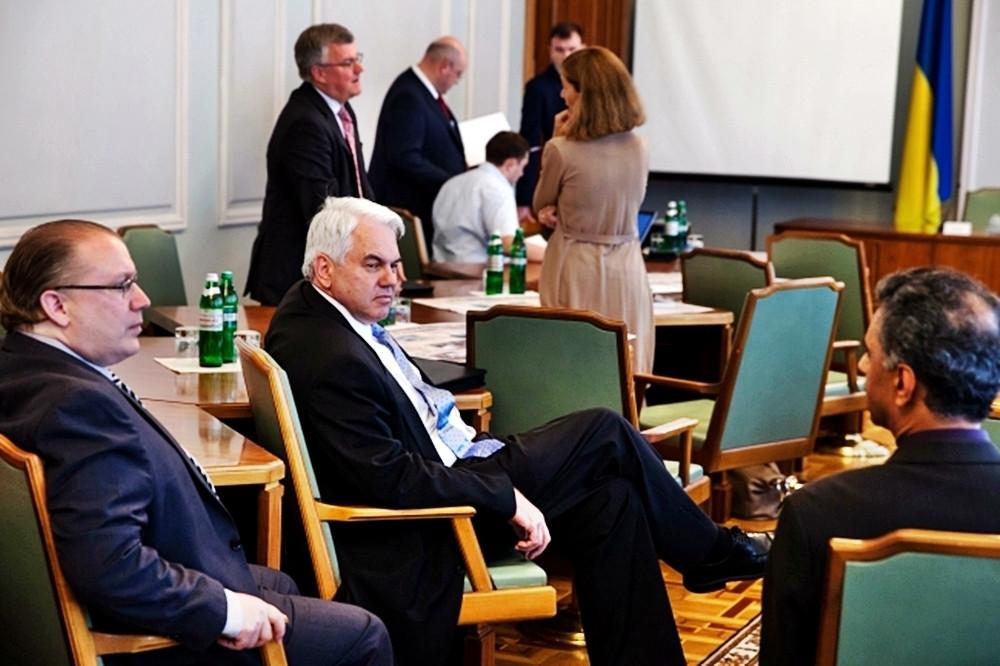 De diplomatenbijeenkomst in Kiev, 3 dagen voor het neerschieten van MH17, met in het midden de Nederlandse vice-ambassadrice