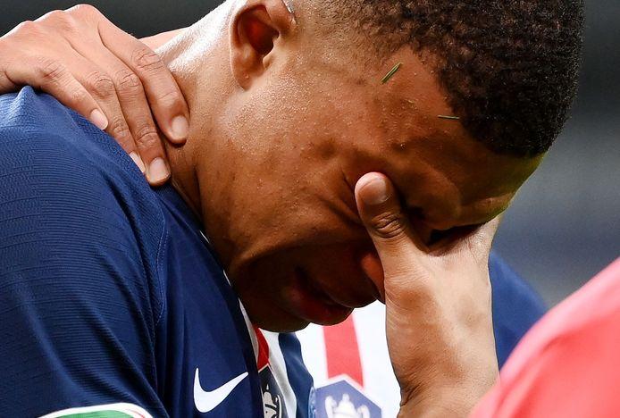 """L'attaquant français, sorti à la 33e minute après un tacle de Loïc Perrin, souffre d'une entorse de la cheville avec lésion ligamentaire externe. """"Le délai de reprise est estimé à environ 3 semaines"""", a précisé le PSG dans un communiqué."""